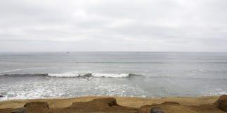 在海滩的多云和阴暗天 免版税库存图片