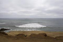 在海滩的多云和阴暗天 图库摄影