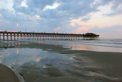 在海洋的多云日出 库存照片