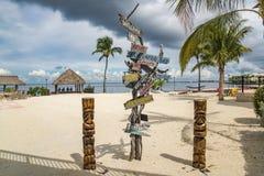 在海滩的多向标志在佛罗里达群岛 库存照片
