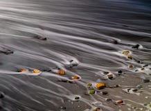 在海滩的多色的石头 免版税图库摄影