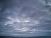 在海洋的多雨云彩 库存照片