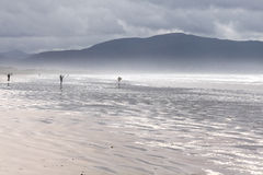在海滩的多暴风雨的天气 免版税图库摄影