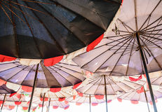 在海滩的大伞 免版税库存图片