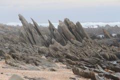 在海滩的大岩石 免版税库存照片