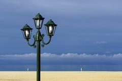 在海滩的大烛台 免版税库存图片