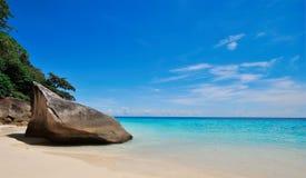 在海滩的大石头 免版税库存图片