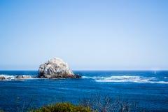 在海滩的大石头 库存照片