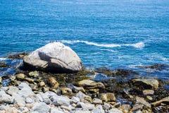 在海滩的大石头 库存图片