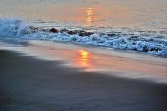 在海洋的天堂般的夏天日出 免版税图库摄影