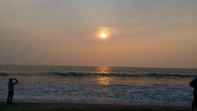 在海滩的太阳上升 图库摄影
