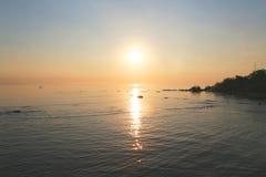在海滩的太阳上升 库存照片
