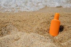 在海滩的太阳化妆水 库存图片