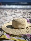 在海滩的太阳帽子 图库摄影