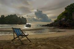 在海滩的太阳床在轰隆萨潘,泰国 免版税库存图片