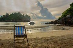 在海滩的太阳床在轰隆萨潘,泰国 免版税库存照片