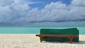 在海洋的太阳床 免版税图库摄影