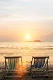 在海滩的太阳懒人在日落期间 自然 免版税库存图片