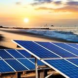 在海滩的太阳电池板 免版税库存图片