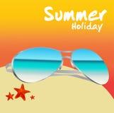 在海滩的太阳镜在暑假传染媒介 免版税库存图片