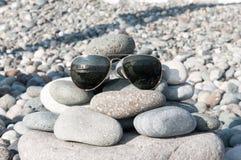 在海滩的太阳镜 库存图片