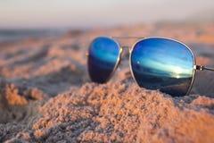在海滩的太阳镜 图库摄影