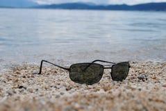 在海滩的太阳镜 免版税库存照片