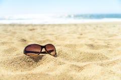 在海滩的太阳镜 免版税图库摄影