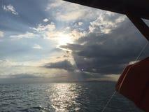 在海洋的太阳 免版税库存图片
