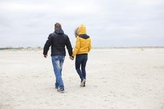 在海滩的夫妇在冬天 免版税库存照片