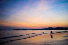 在海滩的夫妇在日落#2 免版税库存图片