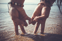 在海滩的夫妇手 库存照片