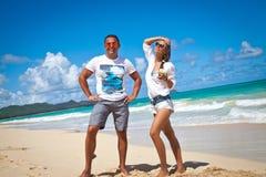 在海滩的夫妇海 免版税图库摄影