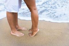 在海滩的夫妇脚 免版税库存图片