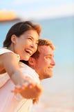 在海滩的夫妇获得笑的乐趣在爱 免版税库存照片