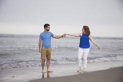 在海滩的夫妇跳舞 免版税库存图片