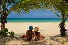在海滩的夫妇 免版税库存图片