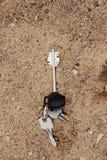 在海滩的失去的钥匙 免版税库存照片
