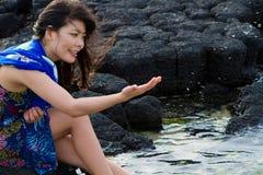 在海滩的女孩戏剧 图库摄影
