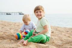 在海滩的女孩戏剧 免版税图库摄影