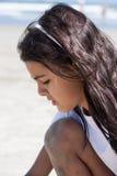 在海滩的女孩戏剧 免版税库存照片