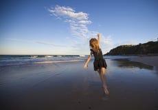 在海滩的女孩跳舞 库存照片