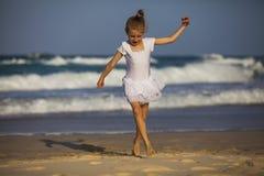 在海滩的女孩跳舞 免版税库存照片