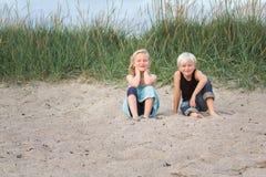 在海滩的好时期。 免版税库存照片