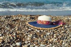 在海滩的妇女帽子 库存照片