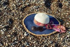 在海滩的妇女帽子 免版税库存照片