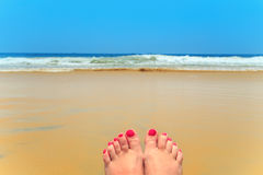 在海滩的妇女腿 库存图片