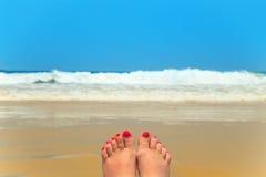 在海滩的妇女腿 图库摄影