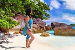 在海滩的妇女enjoing的太阳假日 免版税图库摄影