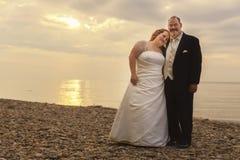 在海滩的婚礼夫妇 库存照片